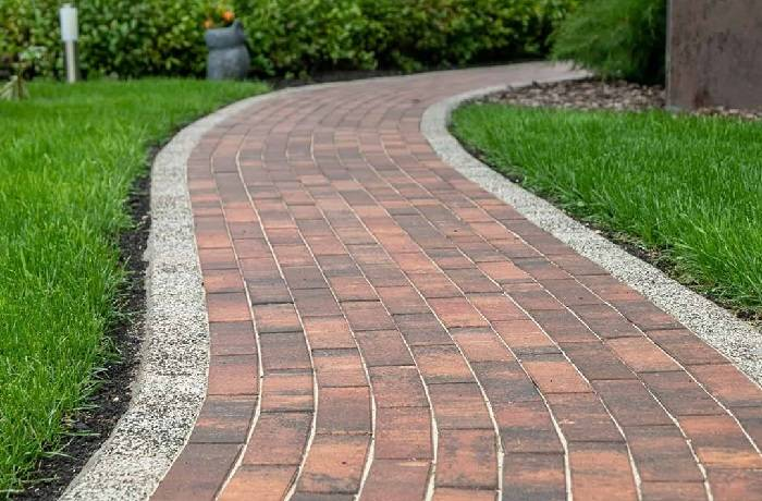 Укладка тротуарной плитки на даче (36 фото): устройство и изготовление садовых дорожек своими руками