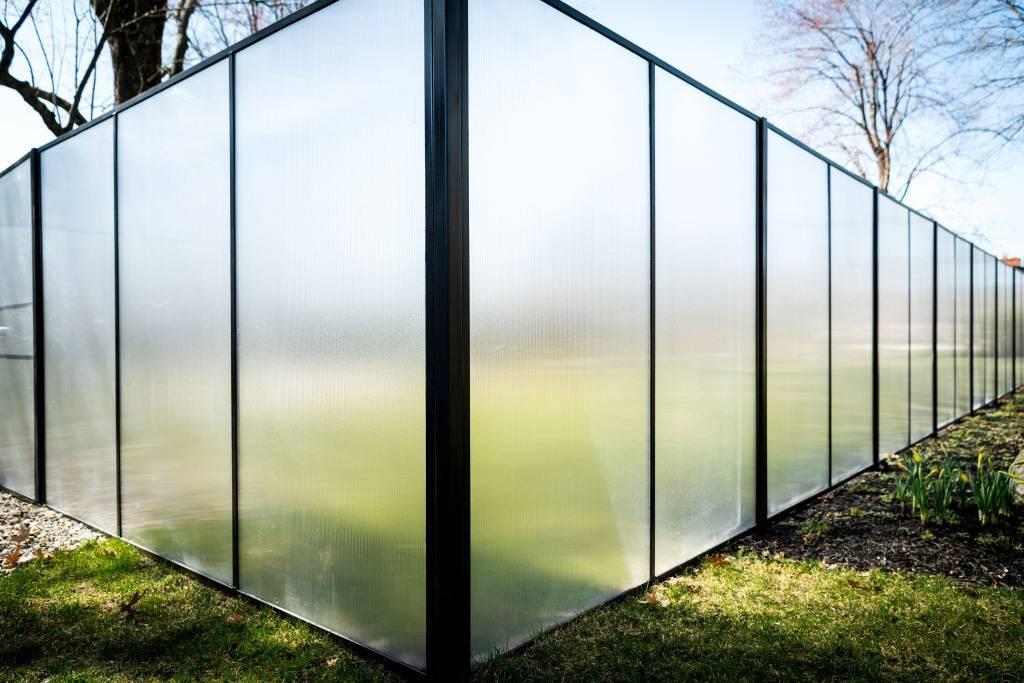 Кованый забор с поликарбонатом - всё о воротах и заборе