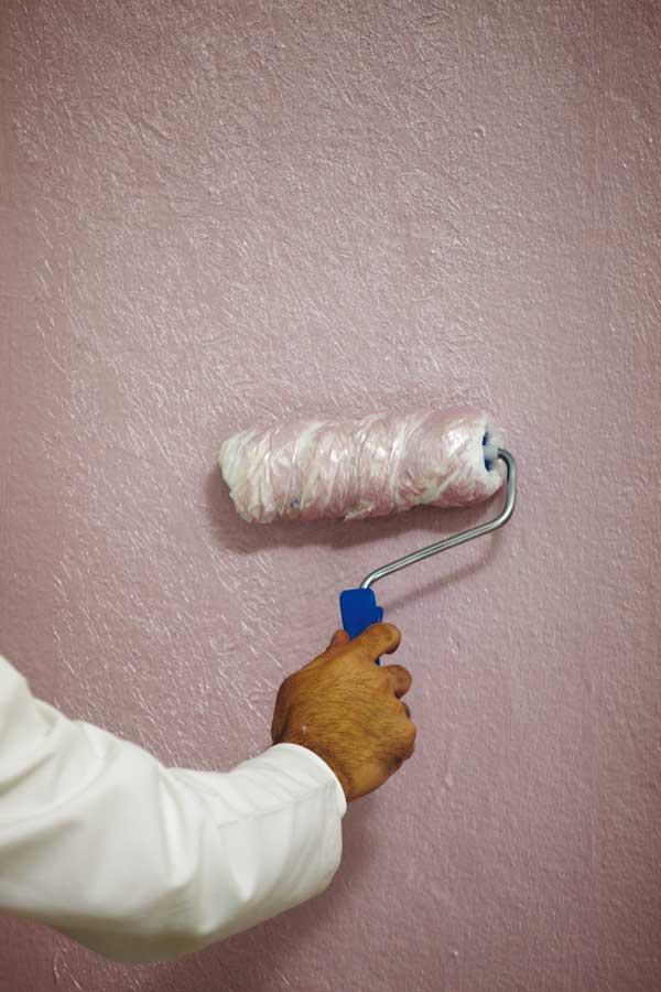 Советы как красить обои для стен под покраску