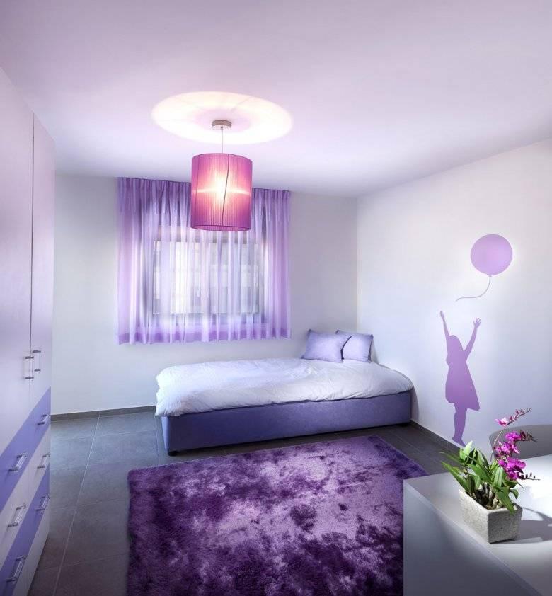 Фиолетовая кухня: гарнитур, шторы, столешница и рабочий фартук