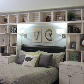 Полка над кроватью в спальне (38 фото): тонкости оформления надкроватных книжных полочек с помощью подсветки, варианты дизайна спальни с полками и стеллажами