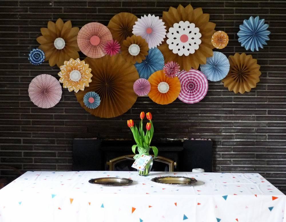 Большие цветы из гофрированной бумаги - своими руками для украшения зала - фото, видео схемы