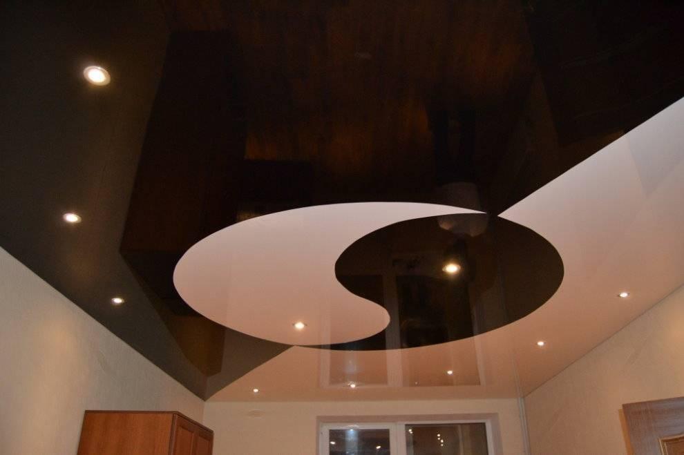 Глянцевые натяжные потолки (54 фото): плюсы и минусы цветных вариантов, расцветка для спальни, черный цвет в интерьере, отзывы