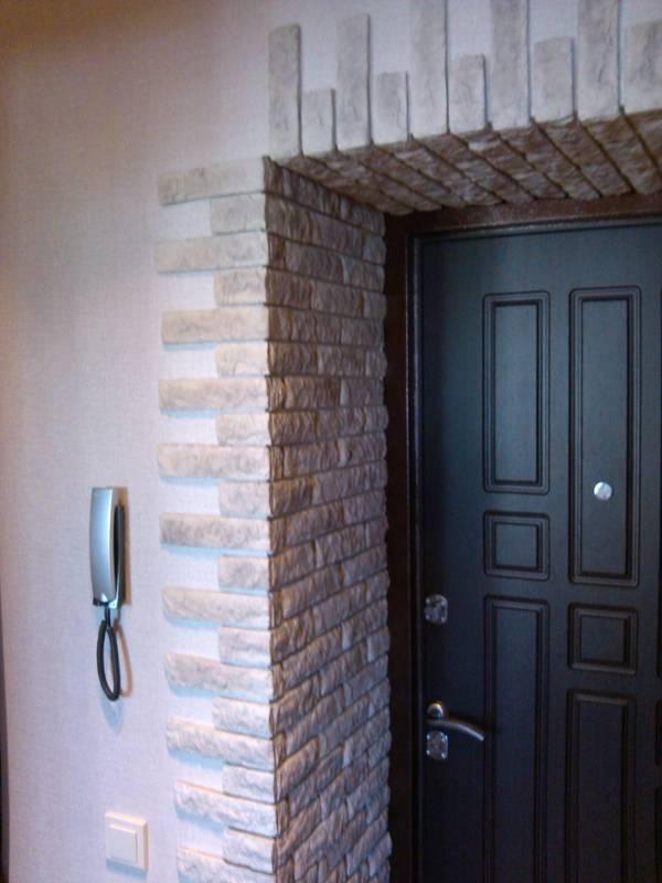 Проемы из декоративного камня входные, дверные и их оформление: выбор материала для отделки, пошаговая инструкция по облицовке и как своими руками обложить двери?
