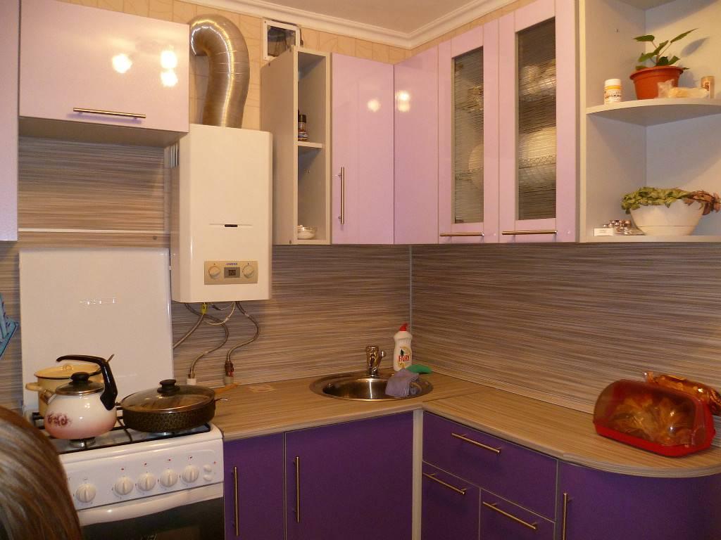 Дизайн кухни в хрущёвке с газовой колонкой и холодильником 2019 года