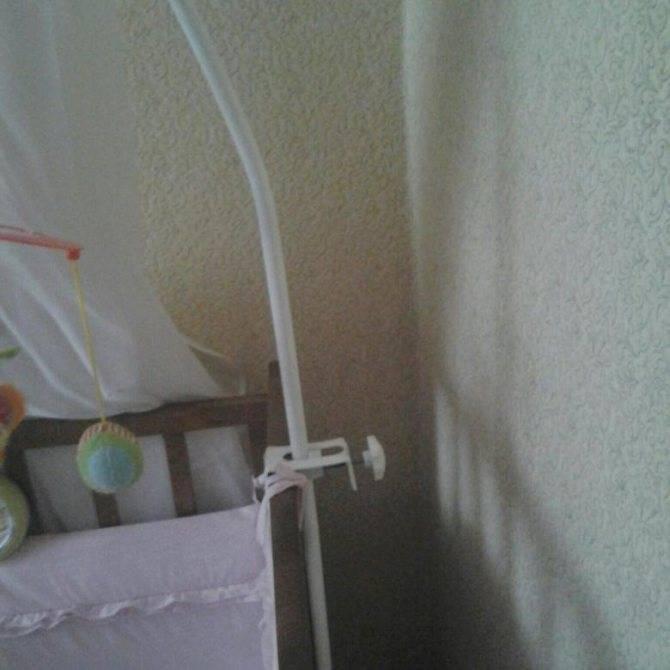 Крепим балдахин на детскую кроватку