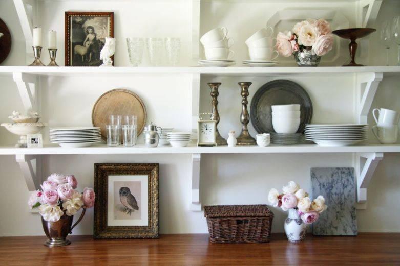Полки для кухни: открытые в интерьере, для маленькой кухни, над обеденным столом, угловые