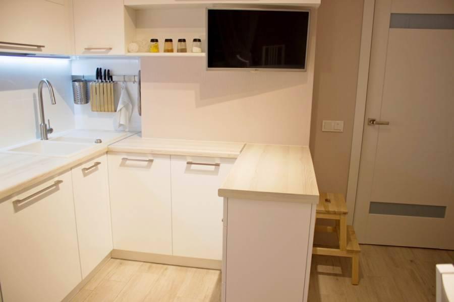 Кухня с вентиляционным коробом: как обыграть дизайн