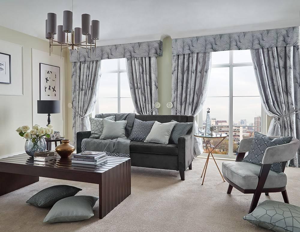 Красные шторы в интерьере гостиной с диваном: с каким цветом сочетается красный занавес   - 32 фото