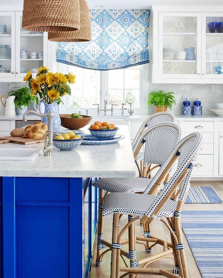 Бело-голубая кухня (27 фото): кухонные гарнитуры с белым верхом и голубым низом в интерьере