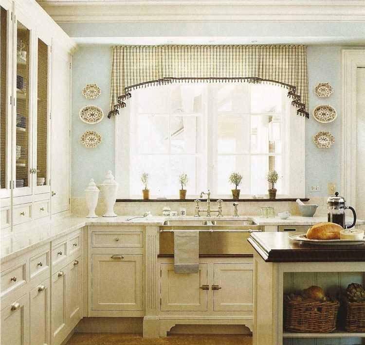 Оформление окна на кухне в современном стиле шторами, дизайн - 37 фото