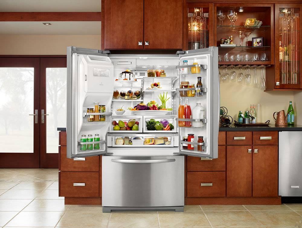 Холодильник в интерьере кухни: как сочетать с фасадами?