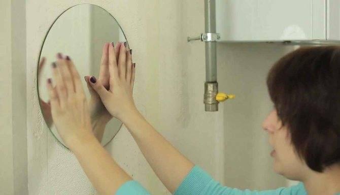 8 способов как повесить зеркало в ванной на плитку