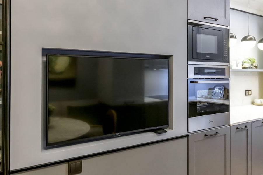 Варианты размещения телевизора на кухне (56 фото): установка в кухонном гарнитуре, варианты дизайна кухни. как повесить телевизор над столом?