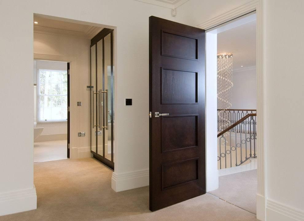 Двери цвета «венге» (48 фото): сочетаем оттенок ламината и светлого пола в комнате с обоями и плинтусами, варианты дизайна в интерьере квартиры