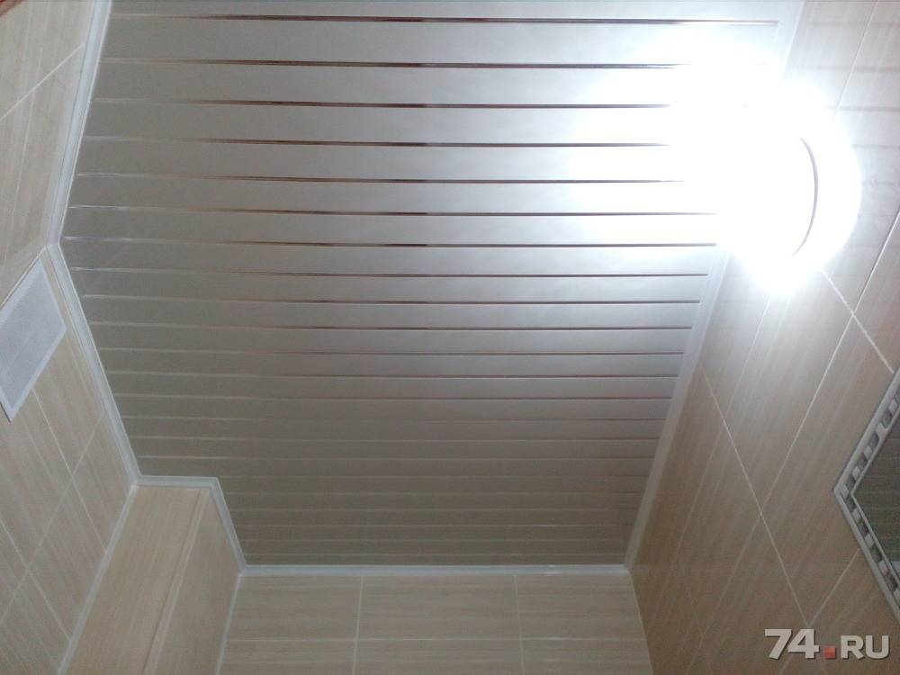 Как выбрать потолочные панели для ванной комнаты: описание и монтаж пластиковых и металлических панелей с фото