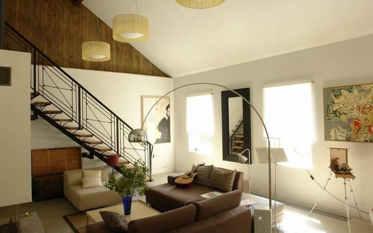 Особенности, преимущества и способы реализации дизайна гостиной с лестницей на второй этаж