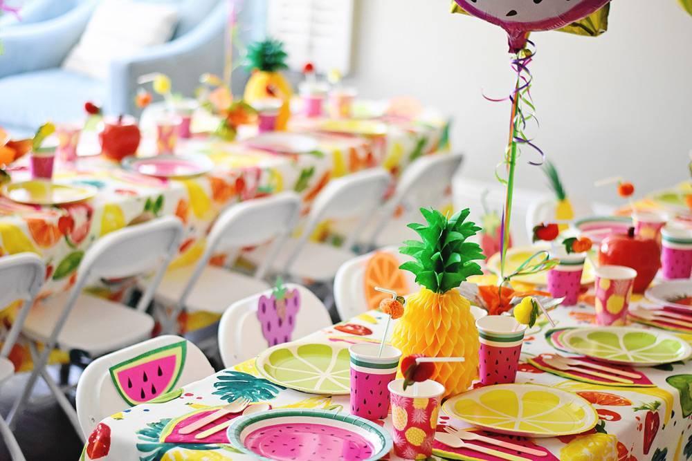 Как украсить стол на день рождения? 82 фото красивое украшение в домашних условиях. как оформить праздничный стол коллеге и мужу своими руками?