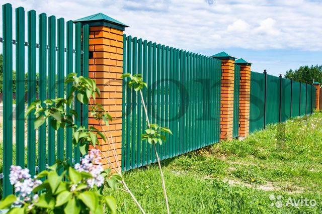 Как задекорировать забор из профлиста? дизайн забора из профнастила - фото и советы