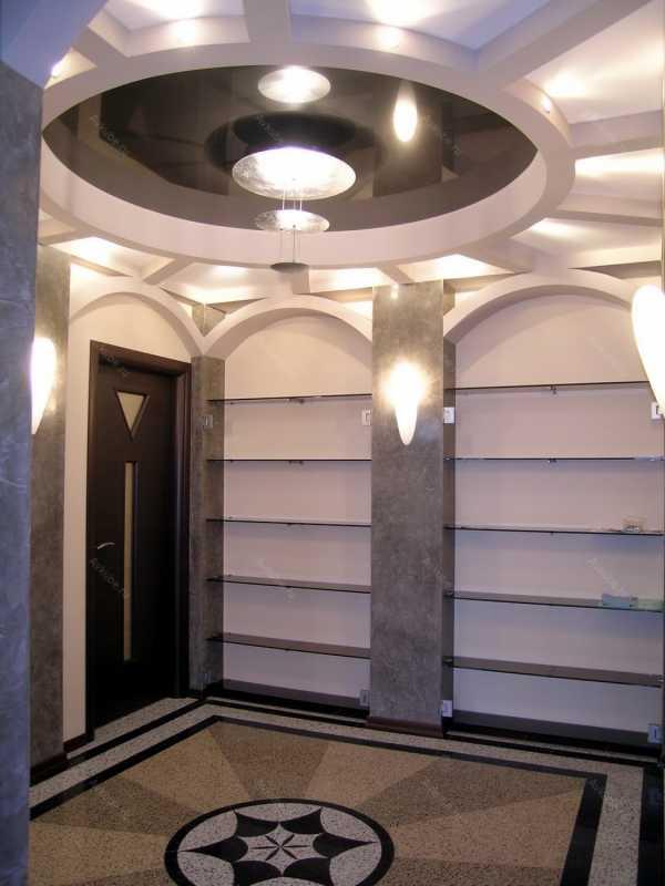 Потолок в прихожей, в маленьком коридоре с точечными светильниками - 46 фото