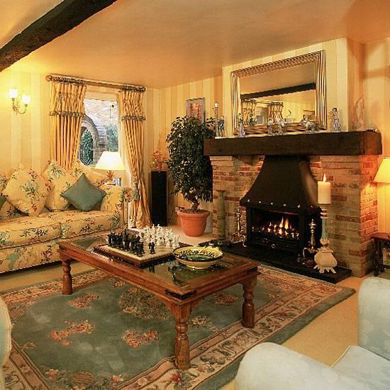 Гостиная с камином в скандинавском стиле: тонкости дизайна интерьера, отделка потолка, мебель и полки, фото