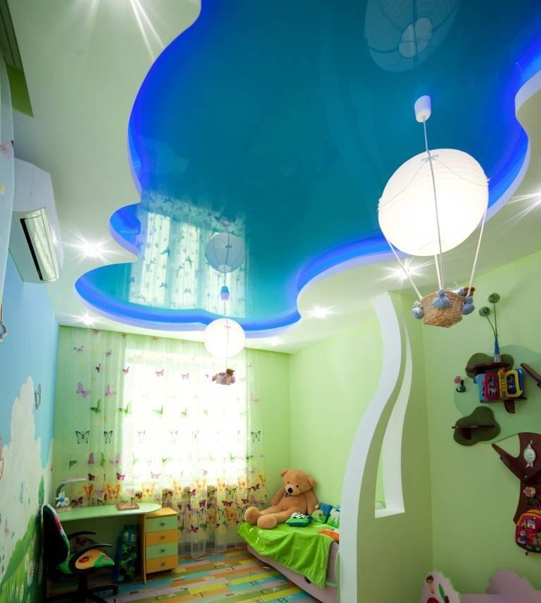 Двухуровневые натяжные потолки в гостиную (50 фото): идеи-2021 оформления двухуровневых потолоков для зала, двух уровненные модели в стиле «классика» в квартире