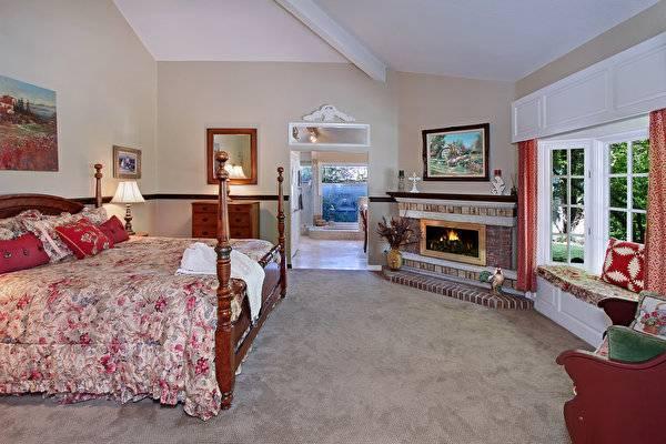 Камин в спальне (46 фото): дизайн интерьера комнаты площадью 16 кв. м. с декоративной конструкцией в стиле «прованс», настенный камин в маленькой спаленке