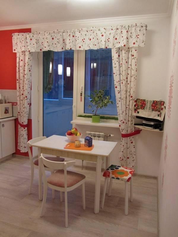Шторы на кухню с балконной дверью: оформление дизайна тюлем, занавесками, рулонными - варианты красивых, как развесить ламбрекены