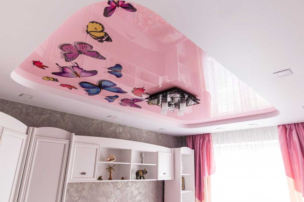 Натяжные потолки в детскую (119 фото): плюсы и минусы, в комнату для девочек, стоит ли делать в спальне ребенка