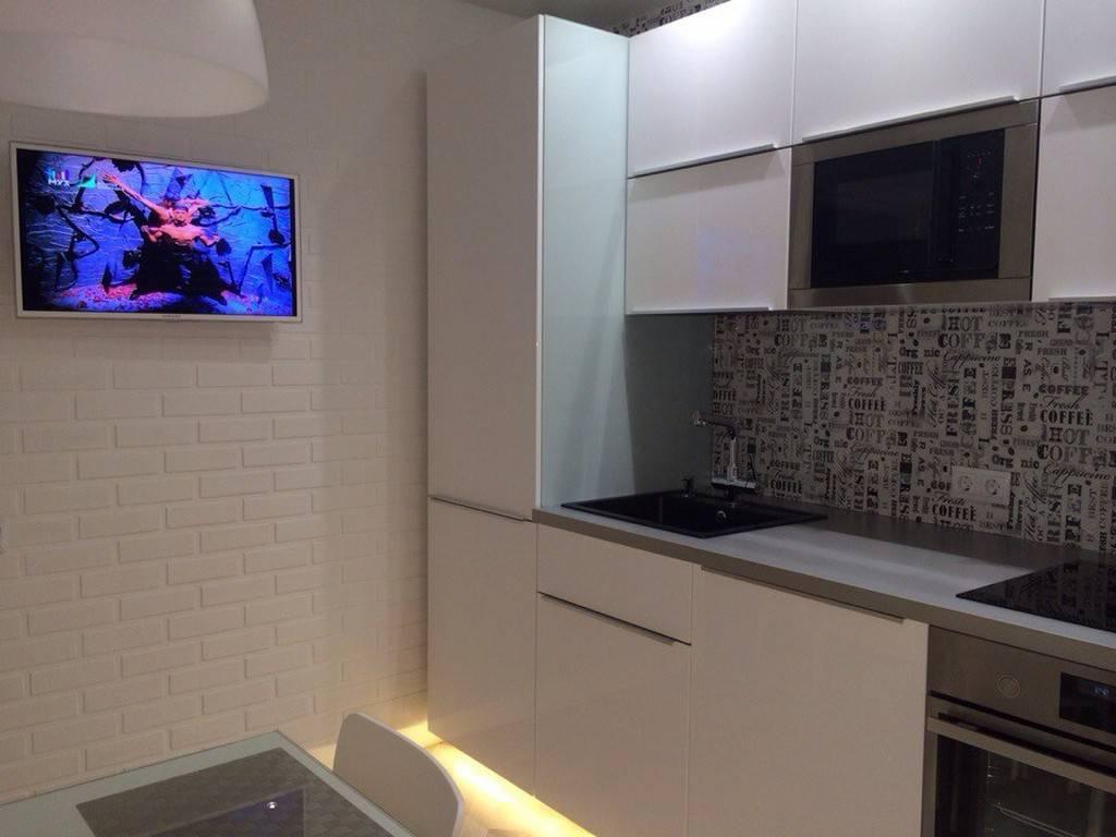 Телевизор на кухне: варианты размещения, фото: фотов интерьере, дизайн кухни с диваном и телевизором.