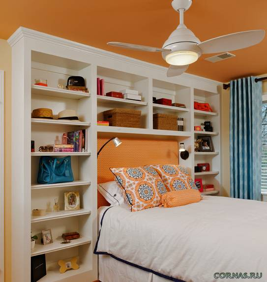 Полки над кроватью: дизайн, цвет, виды, материалы, варианты расположения