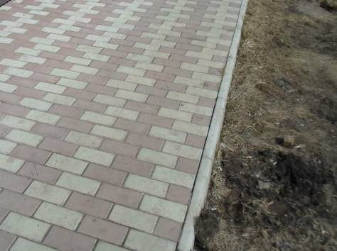 Тротуарная плитка во дворе частного дома - фото примеров укладки