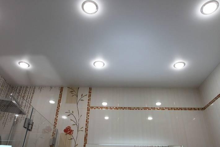 Натяжной потолок в ванной комнате. обзор эксперта