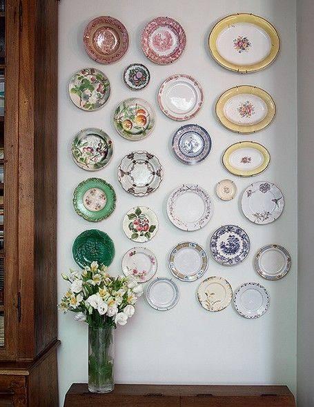 Как украсить стену кухни тарелками
