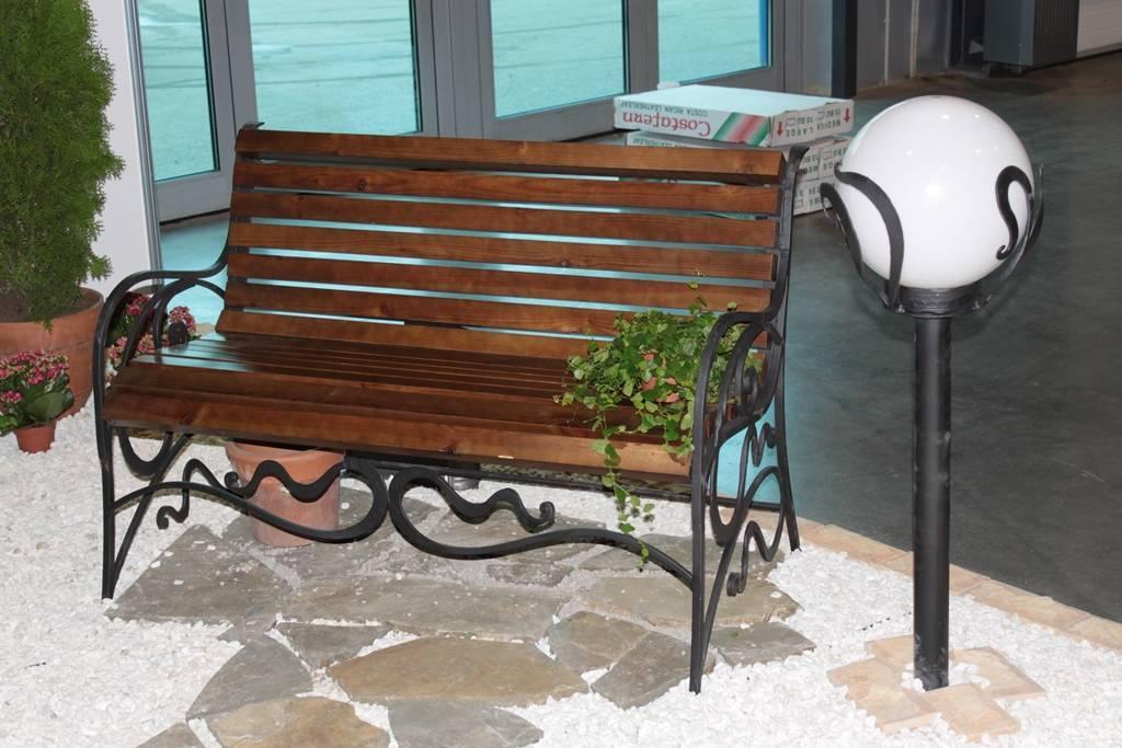 Уличные металлические скамейки – надежная мебель в саду