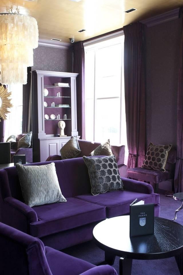 Фиолетовый диван: особенности и правила сочетания в интерьере
