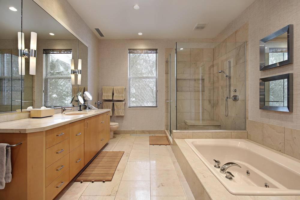 Ванные комнаты с окном (92 фото): дизайн комнаты в частном доме, окно между кухней и ванной в квартире, 10 кв. м и большая ванна с панорамными окном, примеры интерьера