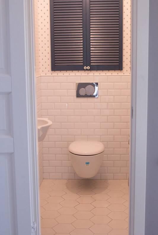 Сантехнический шкаф в туалет: дверцы для шкафчика за унитазом и технического люка на стену