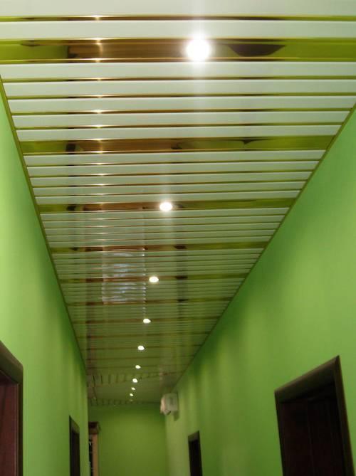 Потолок из пластика в коридоре: дизайн фото, своими руками, в хрущевке, пошагово