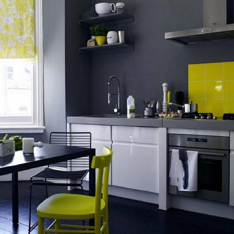 Кухня в бежевых тонах с коричневым, кремовым и серым, с яркими акцентами: сочетание бежевого цвета с другими цветами в интерьере кухни  - 33 фото
