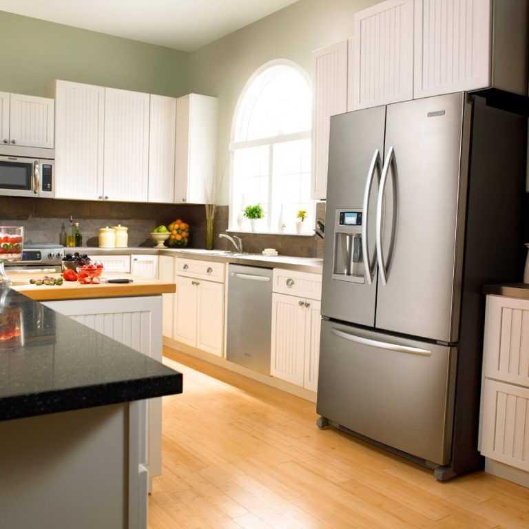 Чёрный холодильник на кухне - подбор фото