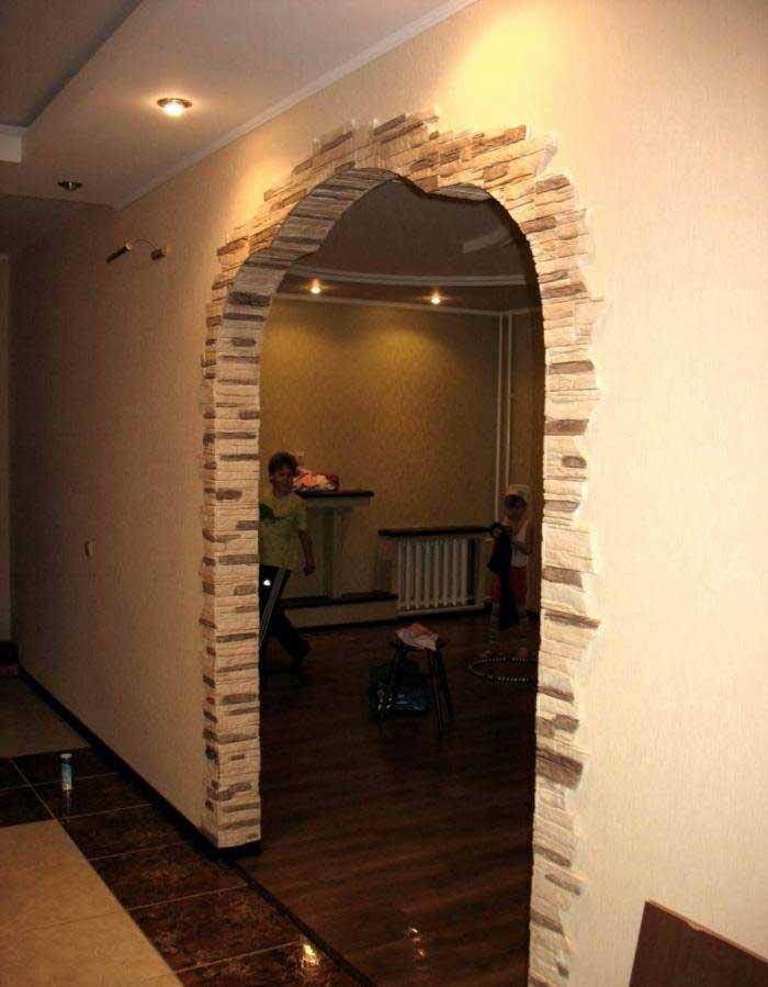 Облицовка декоративным камнем: оформление стен квартиры, отделка дома искусственным материалом, выполнение входной двери и арки своими руками, фото работ