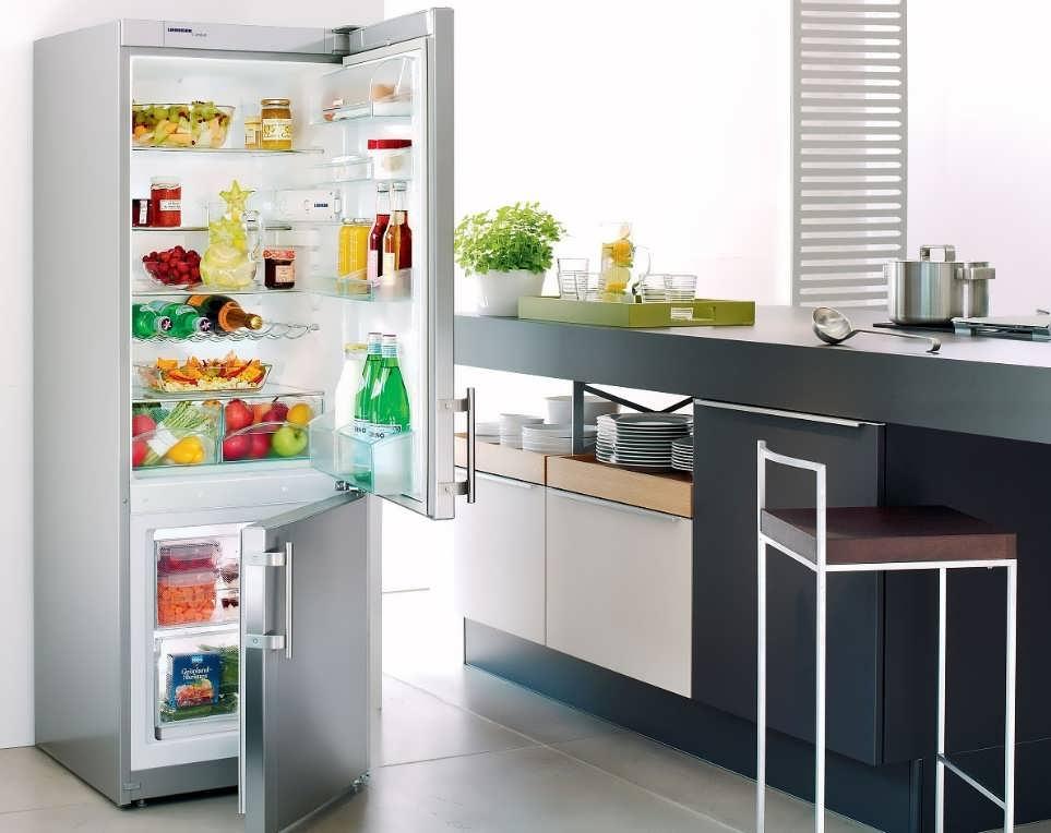 Как встраивают холодильник в кухонний шкаф и гарнитур, если он невстраиваемый