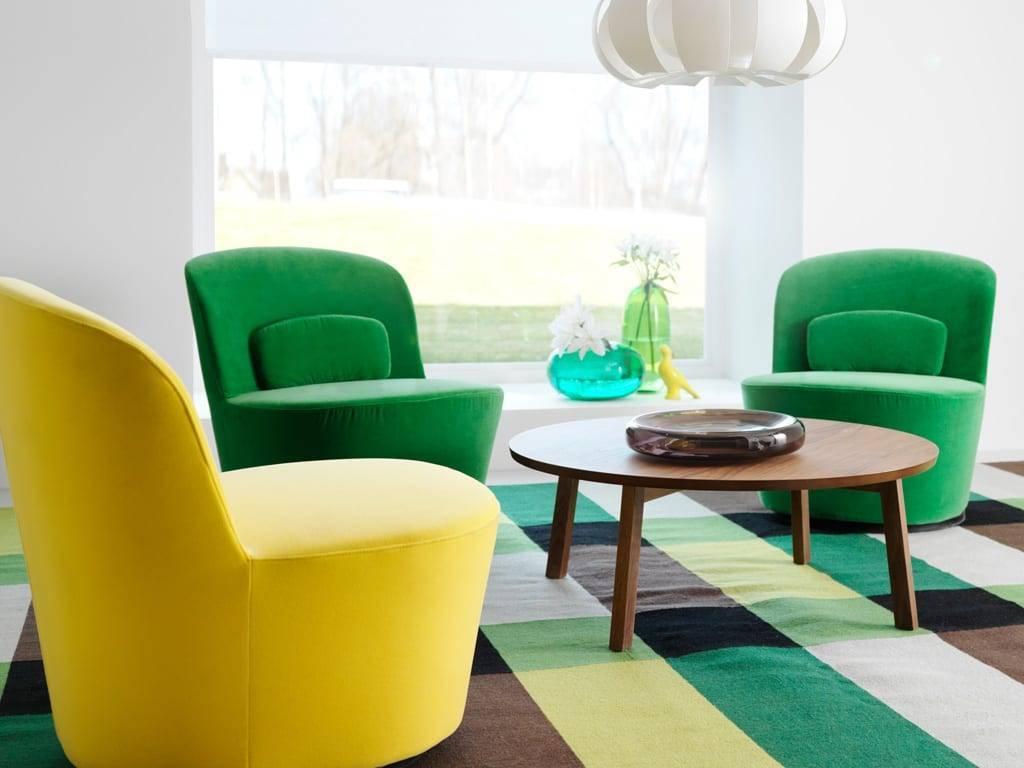 Современные кресла как шедевры дизайнерского искусства: всплеск и глубина цвета, выражающая скульптурную игривость