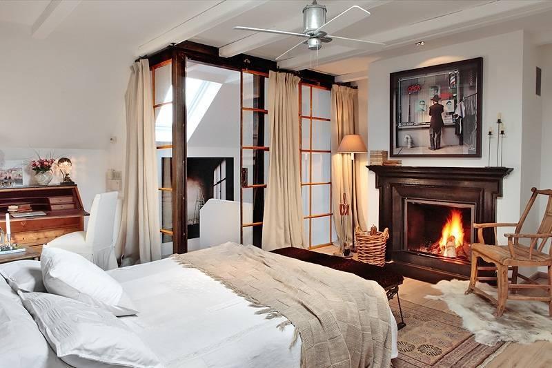Дизайн маленькой спальни с электрическим камином и телевизором
