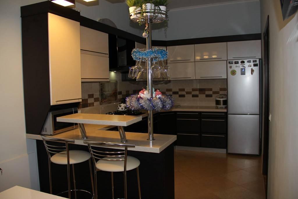 Угловая кухня с барной стойкой: 50+ реальных фото примеров