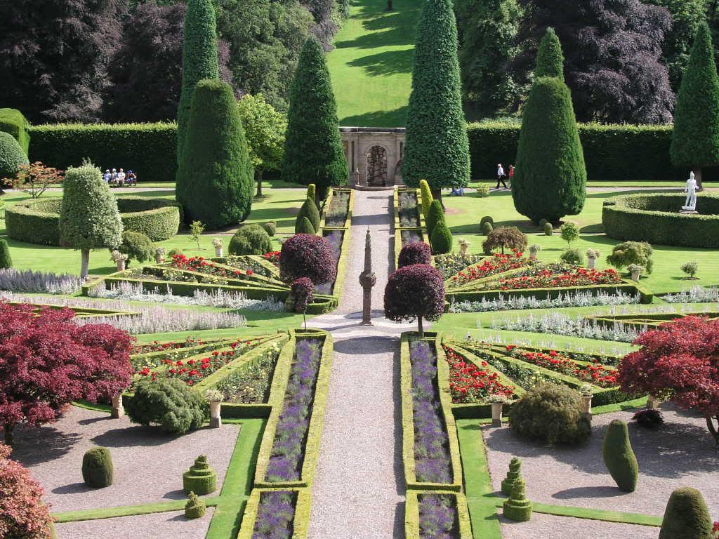 Садовые композиции кругового обзора: цветники и клумбы