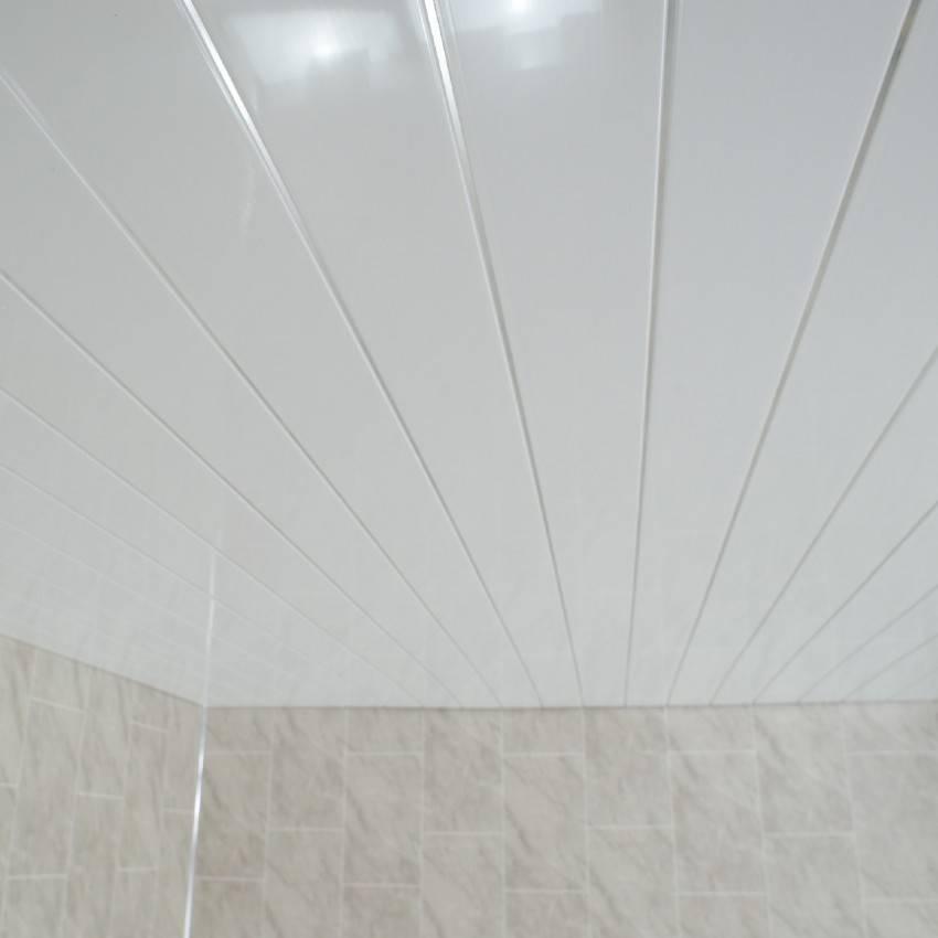 Технология монтажа и дизайнерские решения потолка из пластиковых панелей в ванной: 49 фото