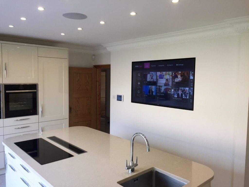Как расположить телевизор на кухне: 4 варианта размещения + фото в интерьере