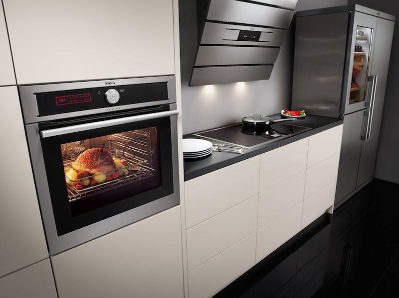 Дизайн встроенных кухонь с холодильником и другой мебелью